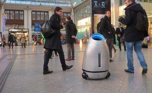 Les premiers pas de Baryl, dans le hall 2 de la gare de Lyon, où ce robot-poubelle est en test du 5 au 10 décembre.