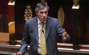 """De la sorte, """"il n'y aura pas de rétroactivité"""", a souligné le ministre du Budget Jérôme Cahuzac, car au 1er août, a-t-il dit, la loi """"sera en voie, à quelques jours près, d'être promulguée"""". Les socialistes se sont rangés à l'avis du gouvernement. La perspective d'une rétroactivité au 1er janvier 2012, abandonnée depuis lundi mais qui aurait économisé 500 millions d'euros de plus, avait fait crier l'opposition au """"scandale""""."""