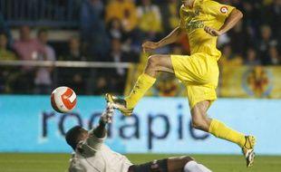 Le footballeur français de Villarreal, Robert Pirès saute devant le gardien de l'Espanyol Barcelone, Carlos Kameni lors d'un match de Liga, le 11 mai 2008.