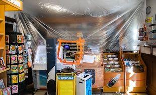 Une bâche en plastique installée par un buraliste à Dijon, le 7 avril 2020.