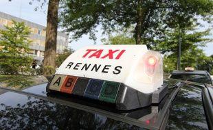 Illustration d'un taxi à l'arrêt lors de la grève du 25 juin 2015 à Rennes pour protester contre Uberpop.