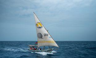 Le bateau de l'expédition Flipflopi a été construit avec des déchets plastiques ramassés sur les plages.