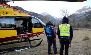 Des gendarmes et des secouristes à Vallouise (Hautes-Alpes) après les recherches pour retrouver des skieurs emportés par une avalanche dans le massif des Ecrins.