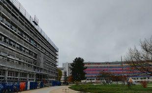 Le bâtiment de l'institut de physiologie et de chimie biologique qui sera bientôt équipé de panneaux biosourcés en fibre de bois se trouve au coeur du camps de l'Esplanade à Strasbourg.