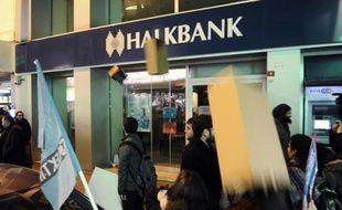La livre turque est tombée vendredi à ses plus bas niveaux historiques et la Bourse d'Istanbul a poursuivi son recul, victimes du scandale politico-financier sans précédent qui ébranle le Premier ministre Recep Tayyip Erdogan et son gouvernement.