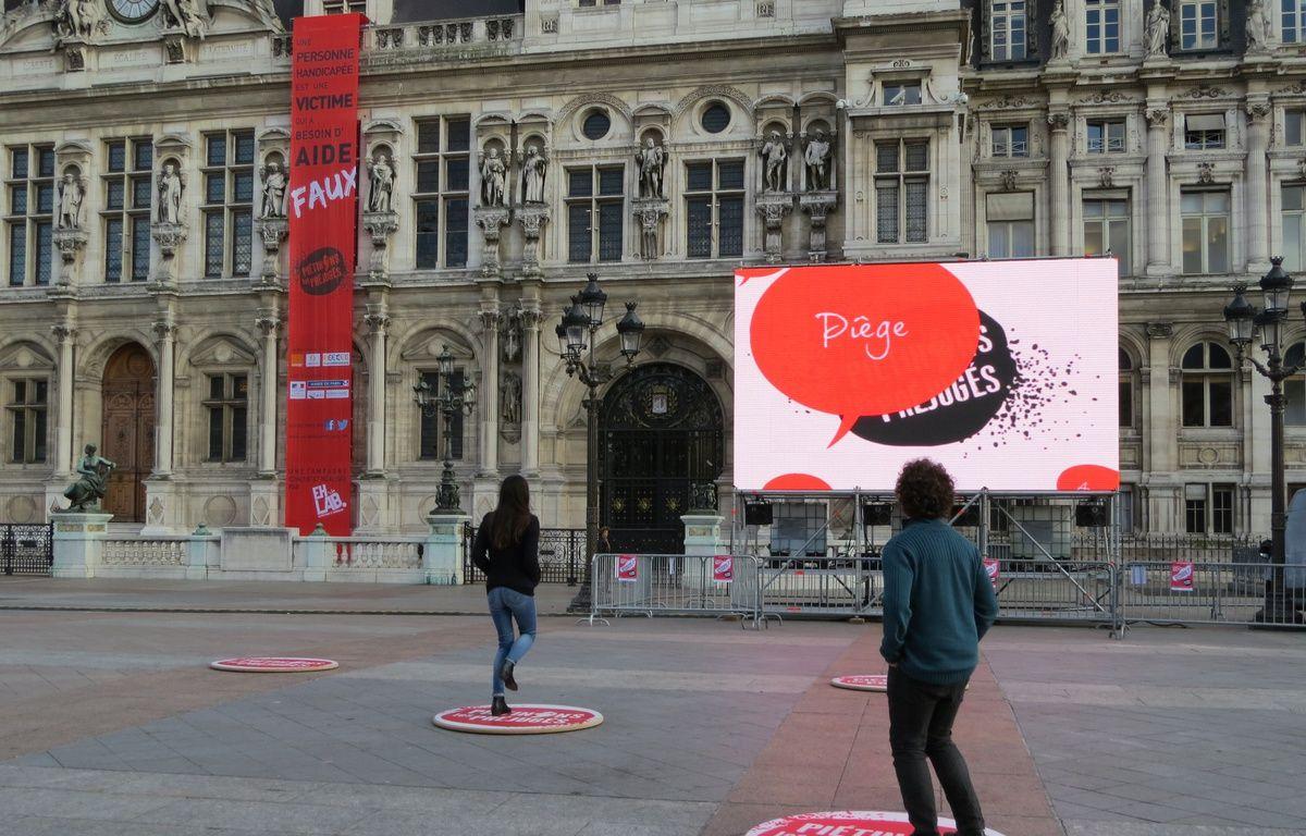 Paris, le 6 novembre 2014, deux dispositifs tentent de piétiner les clichés sur les handicapés sur le parvis de l'Hôtel de Ville. – O. Gabriel / 20 Minutes