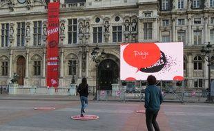 Paris, le 6 novembre 2014, deux dispositifs tentent de piétiner les clichés sur les handicapés sur le parvis de l'Hôtel de Ville.