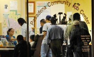 Les nouvelles inscriptions au chômage ont baissé pour la deuxième semaine de suite aux Etats-Unis, tombant près de leur plus bas niveau de l'année, selon des chiffres officiels publiés jeudi à Washington.