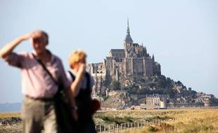 Un couple de touristes devant le Mont Saint-Michel en septembre 2009