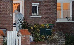 Un enquêteur pénêtre dans une maison de Marcq-en-Baroeul où un homme a tué son ex-compagne et le nouveau compagnon de celle-ci avant de prendre la fuite avec ses deux enfants, le 19 avril 2011.