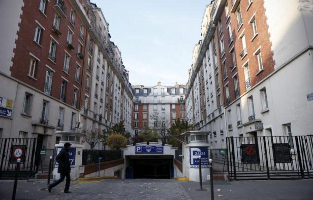 Geoffroy Boulard, adjoint au maire UMP du 17e, possède un logement social au numero 7 de cet ensemble immobilier situé square de la Dordogne à Paris, le 3 décembre 2013. – V. WARTNER / 20 MINUTES