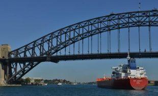 Un tanker immatriculé aux îles Marshall passe sous le pont de Sydney, le 27 septembre 2015