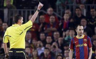 Andres Iniesta reçoit un carton jaune lors du quart de finale de Ligue des champions Barcelone - Shaktar Donetsk, le 6 avril 2011.