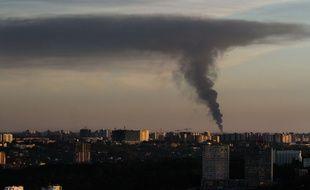 La fumée s'échappe de l'incendie d'un dépôt pétrolier près de Kiev en Ukraine.