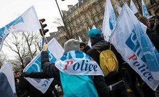 Des policiers manifestent devant le Cese, le 11 décembre, pour défendre leur régime spécial.