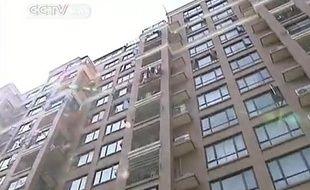 Capture d'écran d'un reportage de CCTV sur la chute du 10e étage d'une fillette en Chine.