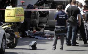 Les forces de sécurité israéliennes proches du corps d'un Palestinien abattu après avoir foncé sur des policiers, le 20 mai 2015 à Jérusalem-est