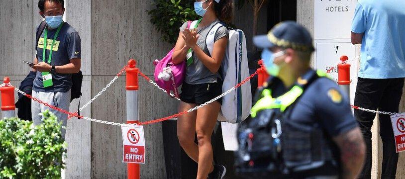 Image rare d'une tenniswoman autorisée à aller s'entraîner.