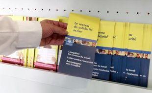 Des brochures informant sur le nouveau RSA (revenu de solidarité active) sont à la disposition des usagers dans un centre de la CAF (Caisse d'allocations familiales) à Paris le 04 juin 2009