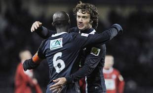 Les joueurs du PSG, Diego Lugano (de face) et Zoumana Camara lors de la victoire de Paris en Coupe de France contre Dijon, le 15 février 2012 à Dijon.