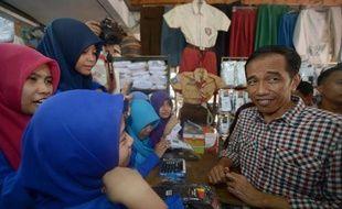 Le candidat Joko Vidodo à l'élection présidentielle en Indonésie, le 30 juin 2015 en campagne sur un marché, à Jakarta