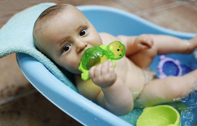 Un bébé prend son bain. Illustration.