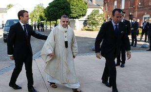 Emmanuel Macron avec l'archevêque de Rouen, lors de la cérémonie d'hommage au père Jacques Hamen, le 26 juillet 2017.