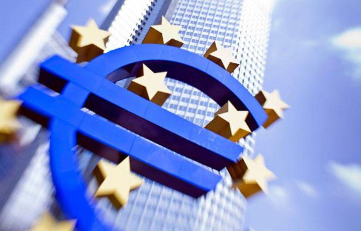 Le Logo de l'Euro, devant le siège de la BCEà Francfort, le 4 août 2011.  – AFP PHOTO / FRANK RUMPENHORST GERMANY OUT