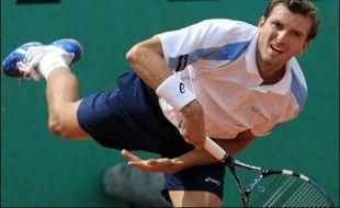 Richard Gasquet, rassuré de ne ressentir plus aucune douleur à la main, a réussi ses débuts à Roland-Garros, contrairement à Julien Benneteau, quart de finaliste 2006, éliminé d'entrée.