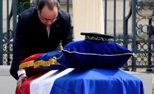 François Hollande s'incline devant les cercueils lors de la cérémonie d'hommage au policier et sa compagne, le 17 juin 2016 à Versailles