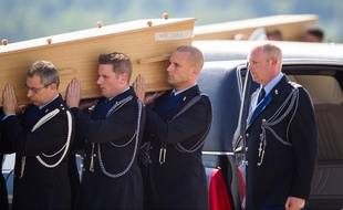 Les corps des victimes néerlandaises du crash MH17 arrivent aux Pays-Bas, le 24 juillet 2014.