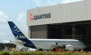 """La compagnie aérienne australienne Qantas a annoncé avoir découvert de """"légères anomalies"""" dans certains moteurs équipant ses Airbus A380, ce qui implique qu'ils seront cloués au sol pour plus longtemps que prévu, après une avarie en plein ciel jeudi."""