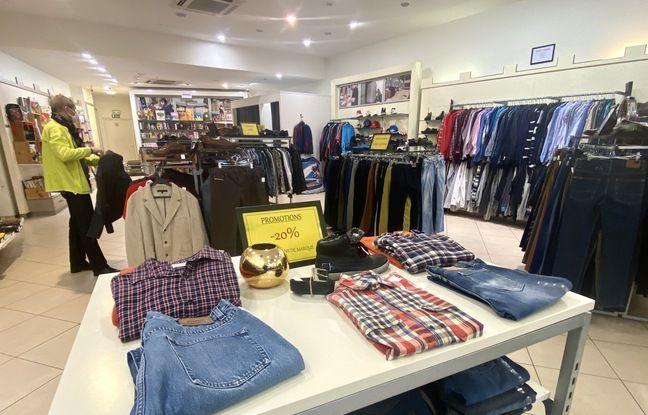 La boutique Ikos de Bordeaux, propose des vêtements de seconde main, dont certaines marques haut de gamme