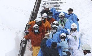 Huit lycéens ont été emportés par une avalanche et retrouvés inanimés lundi 27 mars 2017 au Japon.