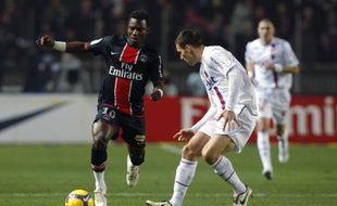 Stéphane Sessegnon du PSG dribble Anthony Réveillère, pour une victoire parisienne (1-0).
