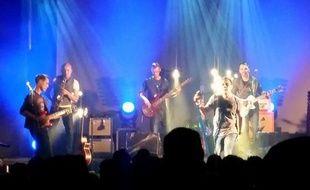 La lumière bleue qui accompagne sur scène les Caregivers rappelle le métier de ces musiciens pas comme les autres