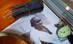 Les lunettes et d'autres objets ayant appartenu au Mahatma Gandhi ont été adjugés jeudi à New York à un homme d'affaires indien pour 1,8 million de dollars, malgré la tentative du propriétaire des souvenirs d'arrêter cette vente controversée.