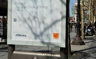 Un panneau publicitaire –dit «sucette»– JCDecaux à Paris. (Illustration)
