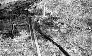Cette photographie prise le 4 septembre 1945 montre les ruines de Nagasaki, près d'un mois après la bombe qui a détruit la ville.