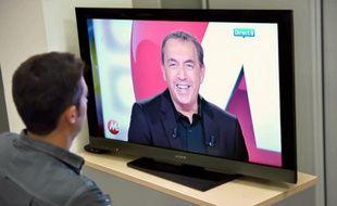 Un homme regarde un programme de la chaîne Direct 8 en septembre 2011 à Paris.