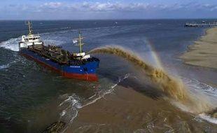 """La drague """"Côtes de Bretagne"""" effectue le réensablement des plages du Pyla-sur-Mer en recrachant le sable"""