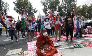 Des militants prodémocratie manifestent devant le tribunal à Bangkok (Thaïlande) début mars 2021 contre la loi sur la lèse-majesté et la constitution.