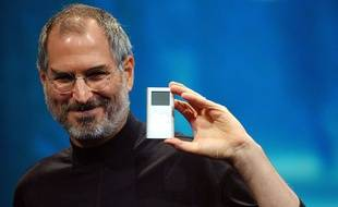 Steve Jobs dévoile l'iPod mini, en 2004.