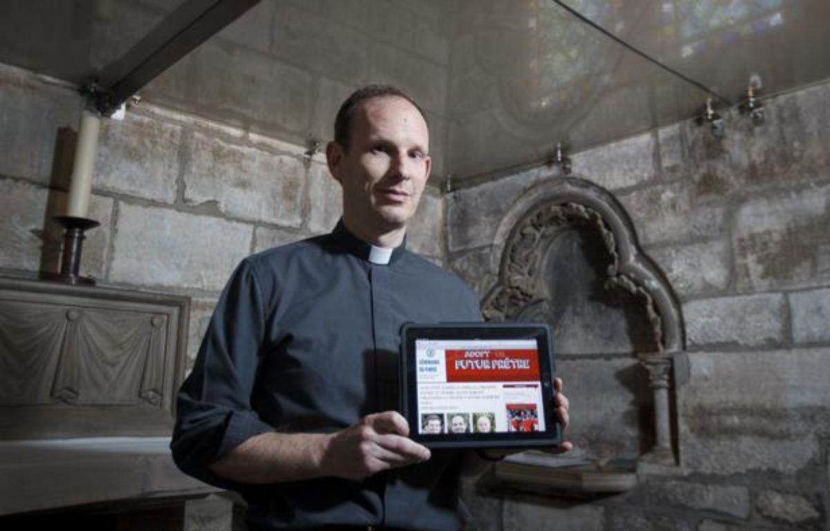 Le père Stéphane Duteurtre, supérieur du séminaire de Paris, qui a lancé le site «Adopte un futur prêtre», le 27 juin 2013 à Notre-Dame de Paris. – A. GELEBART/20 Minutes