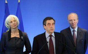 François Fillon a annoncé lundi un décret immédiat pour encadrer les rémunérations des dirigeants dans les entreprises aidées par l'Etat, après le scandale du parachute doré attribué à l'ex-PDG de Valeo ou des stocks-options à la Société Générale, finalement non versées.