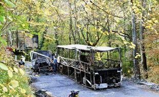 La carcasse du bus qui s'est embrasé dans la collision avec un camion, le 23 octobre 2015. / AFP PHOTO / MEHDI FEDOUACH