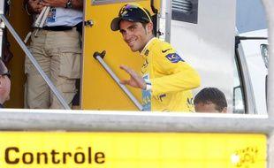 Le coureur espagnol, Alberto Contador, lors d'un contrôle antidopage pendant le Tour de France, le 19 juillet 2009 à Verbier.