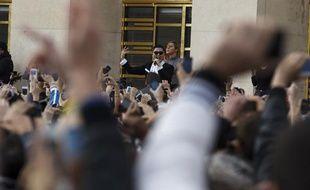 PSYétait ce lundi 5novembre àParis pour un flashmob en face de la Tour Eiffel qui a réuni plus de 20.000 personnes.