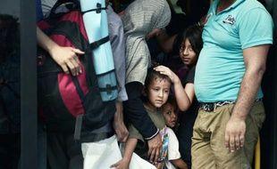 Des réfugiés irakiens dans un bus bondé, dans le port du Pirée près d'Athènes, le 9 septembre 2015