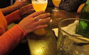 Illustration de femmes dans un bar de nuit.